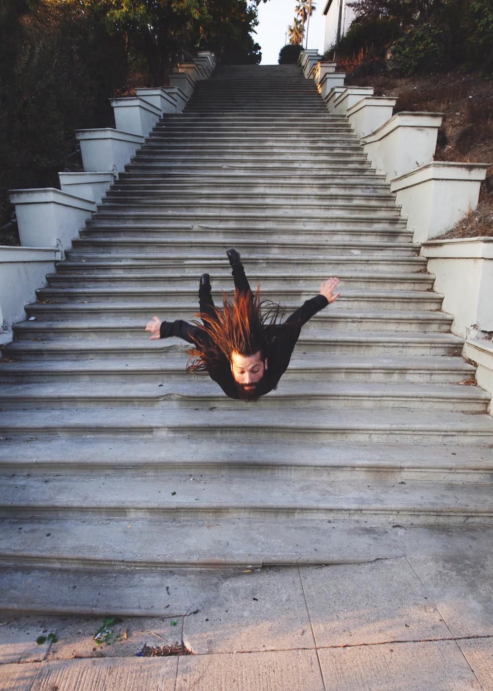 Сюрреализм и гравитация в фотографиях Майка Демпси