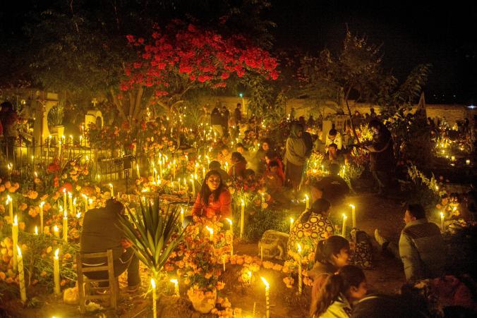 Ночь на кладбище в День Мертвых, Оахака, Мексика