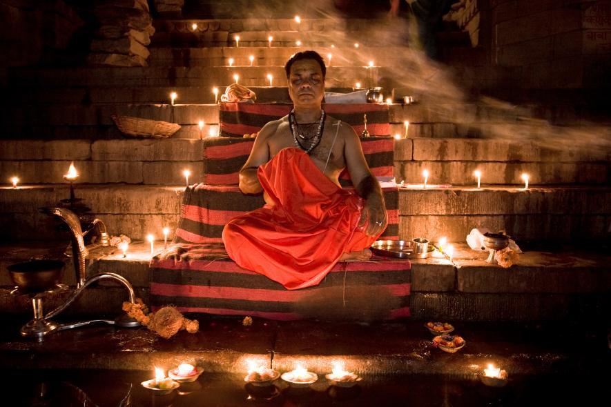 Брамин на ступенях, ведущих к священной реке Ганг в Варанаси
