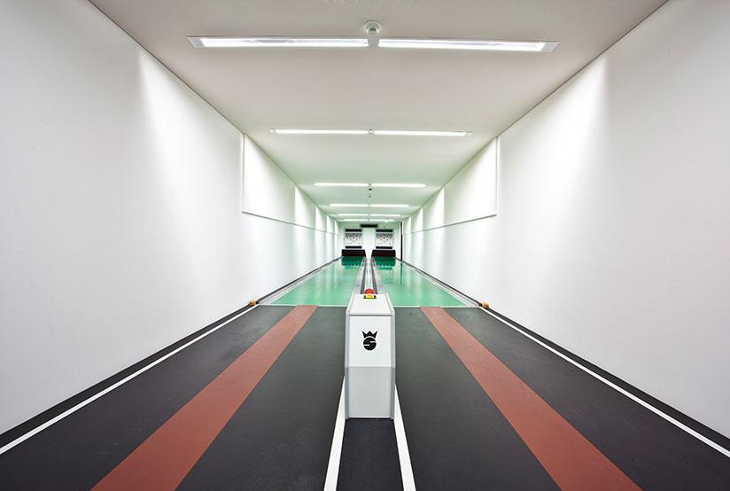 Боулинг: разнообразие интерьеров в фотопроекте Роберта Гётцфрида