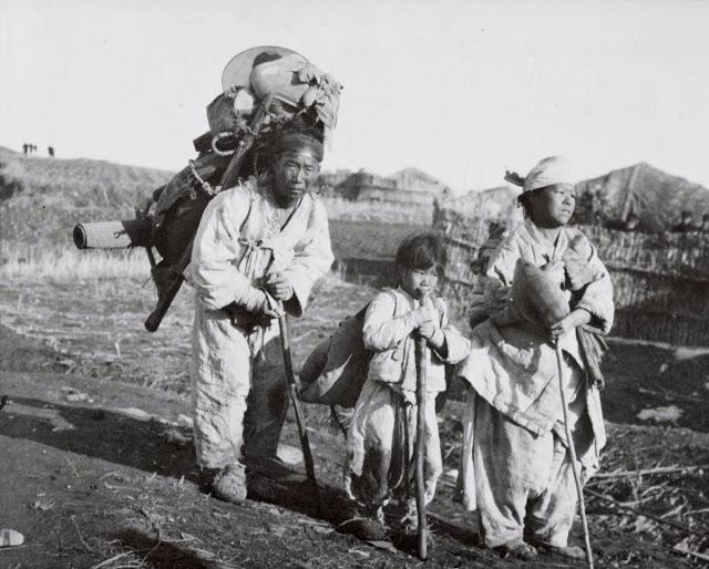 Семья корейских беженцев, бежавших от японской армии,Корея, 1904 год