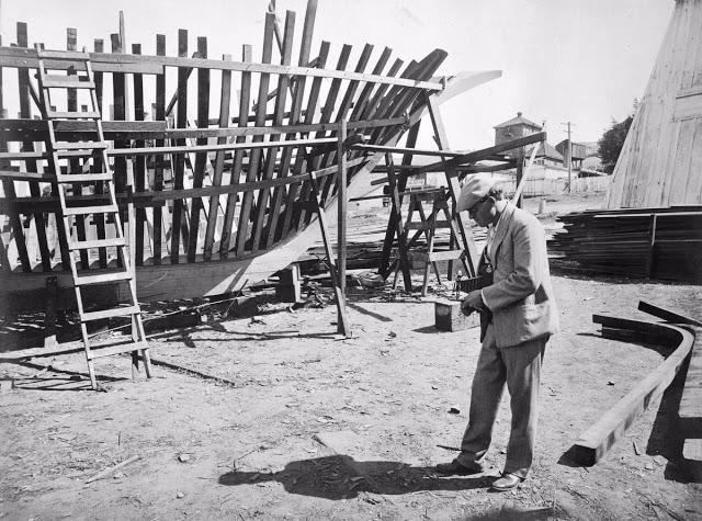 Джек Лондон фотографирует строящийся корабль, в котором он плавал в южной части Тихого океана в 1906 году
