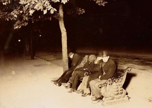 Мужчины проводят ночь на набережной Темзы, Лондон, 1902 год