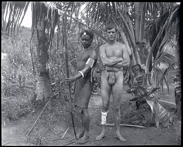 Американский авантюрист и кинорежиссер Мартин Джонсон позирует с уроженцем Соломоновых островов,1908 год
