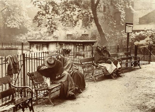 Бездомные женщины спали в саду Лондона, 1902 год