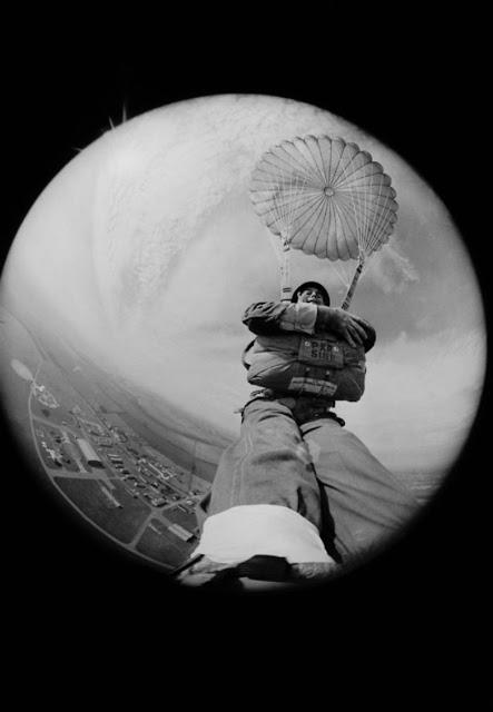 Фотожурналист Терри Финчер делает селфи во время прыжка с парашюта, 1966 год