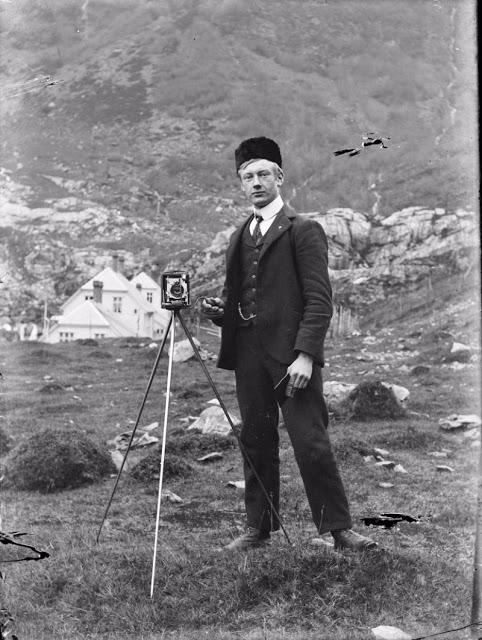 Норвежский фотограф Пол Станг фотографирует себя в большое зеркало, 1910 год