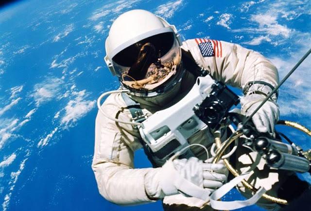 Астронавт НАСА Джеймс Макдивитт в космосе, 1965 год