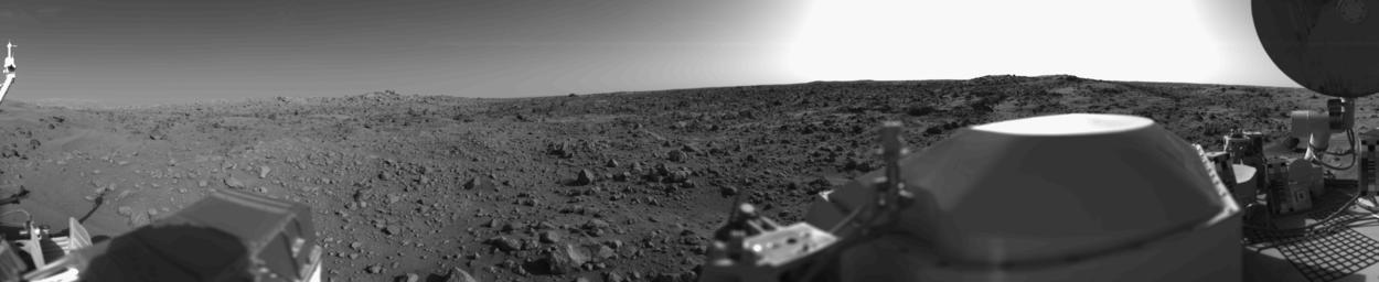 Первый панорамный снимок поверхности Марса, снятый станцией «Викинг-1»
