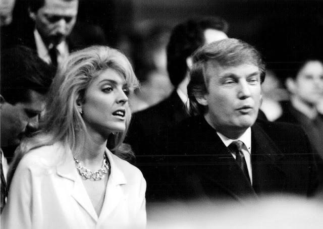 Дональд и его будущая вторая жена Марла Мейплз на боксёрском бою
