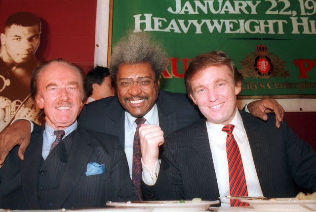 Дональд Трамп со своим отцом Фредом Трампом (слева) и боксёрским промоутером Доном Кингом