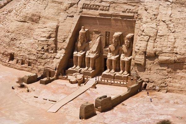 Величественные древние города и сооружения, вырезанные в скалах