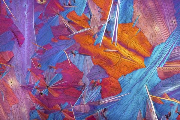 Химические вещества под микроскопом, похожие на абстрактную живопись