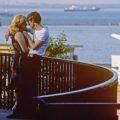 Влюблённая пара на балконе с видом на порт