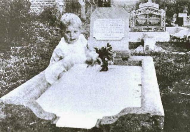 Призрак ребёнка на кладбище