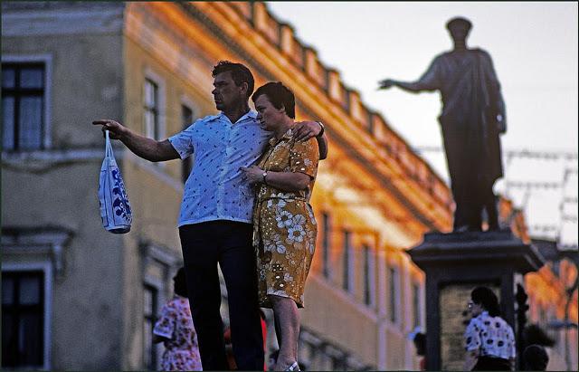Пара на фоне памятника герцогу де Ришельё