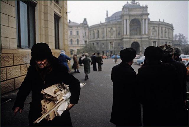 Мужчина на фоне Одесского театра оперы и балета