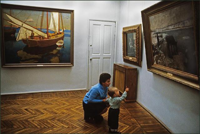 Мать и сын в музее