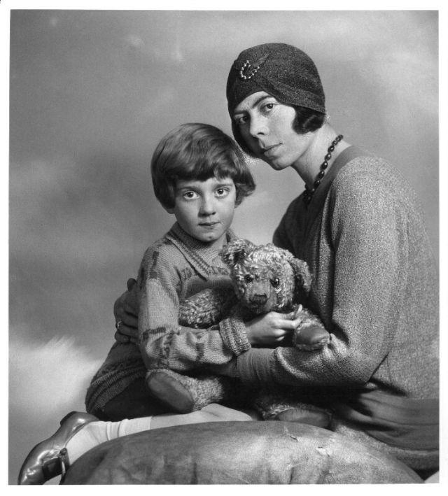 Кристофер Робин Милн, его мама Дороти и Пинни-Пух