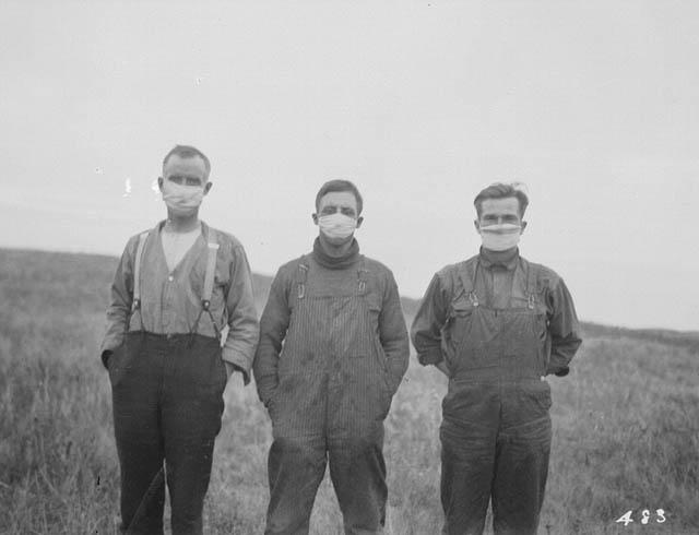 Фермеры в масках для защиты от испанского гриппа. Провинция Альберта, Канада