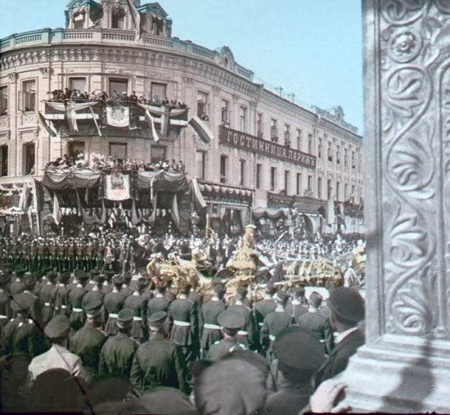 Массовое шествие в день коронацииНиколая II, конец 19 века
