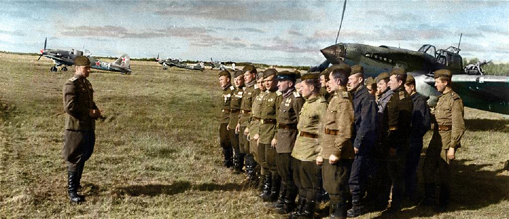 Построение состава штурмового авиаполка на аэродроме во Всеволожском районе Ленинградской области, июль 1944 года