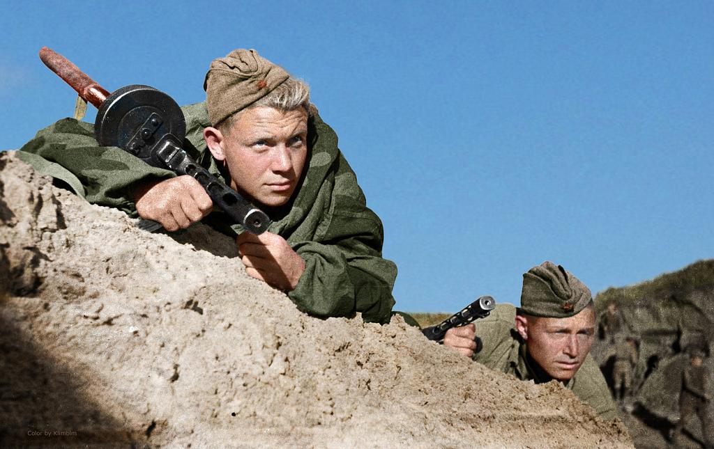 Советские солдаты следят за движением немецких войск в Крыму, 1941 год