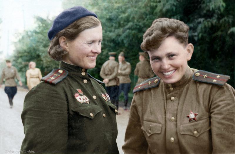 Командир 46 гв. НЛБАП Евдокия Бершанская и старший летчик 587 БАП Валентина Матюхина, 1943 год