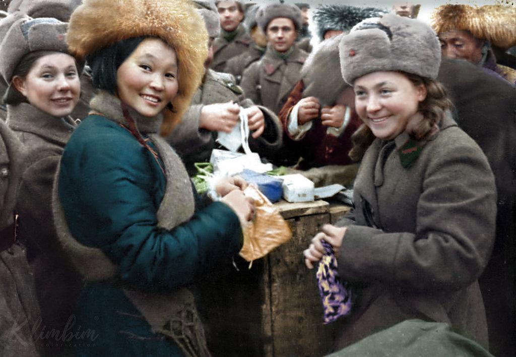 Вручение подарков воинам 11 армии СЗФ членами монгольской делегации, 1942 год