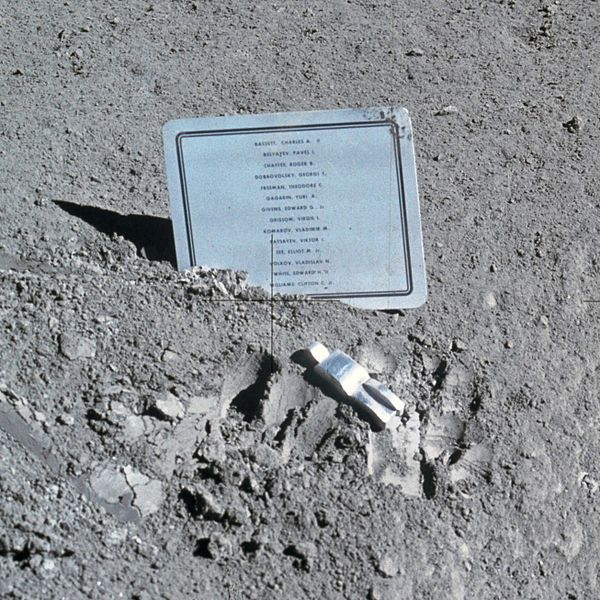 Единственная скульптура на Луне - «Павший астронавт»