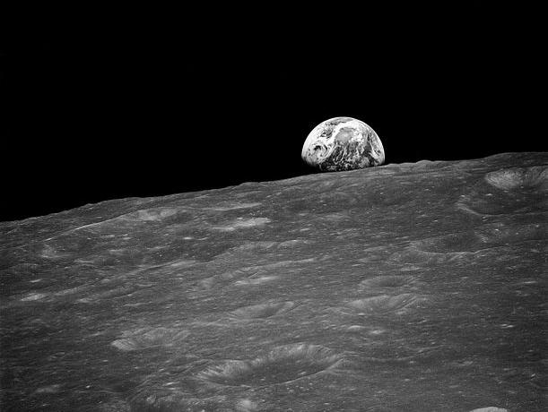 Восход Земли, впервые сфотографированный с лунной орбиты Аполлоном-8