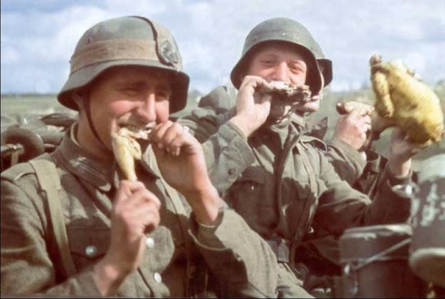 Солдаты Вермахта едят курицу за пределами Сталинграда