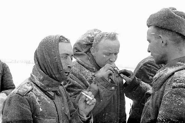 Советский солдат угощает сигаретами немецких военнопленных