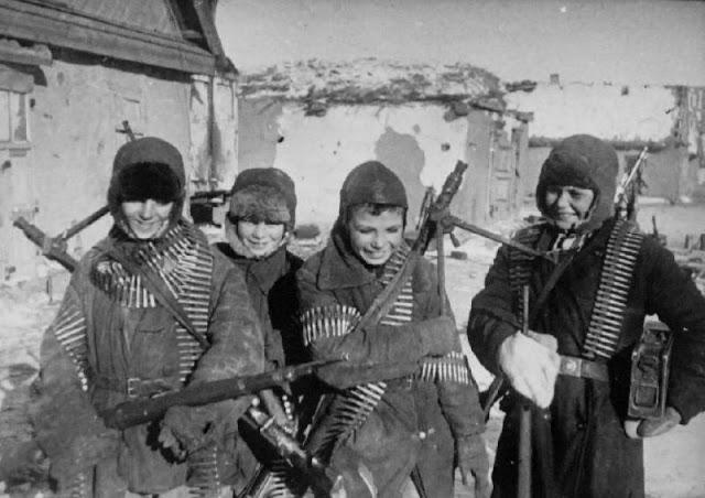 Советские дети в Сталинграде с захваченными немецкими пулеметами