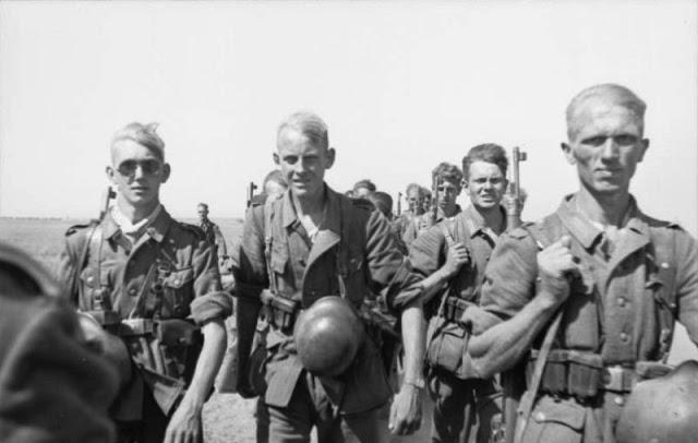 Немецкие солдаты 6-й армии, идущие на Сталинград