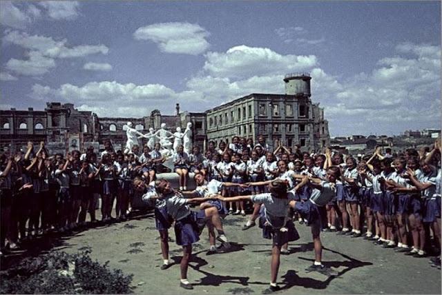 Молодежь на советском атлетическом параде, воссоздающая образ сталинградского фонтана «Танцующие дети»