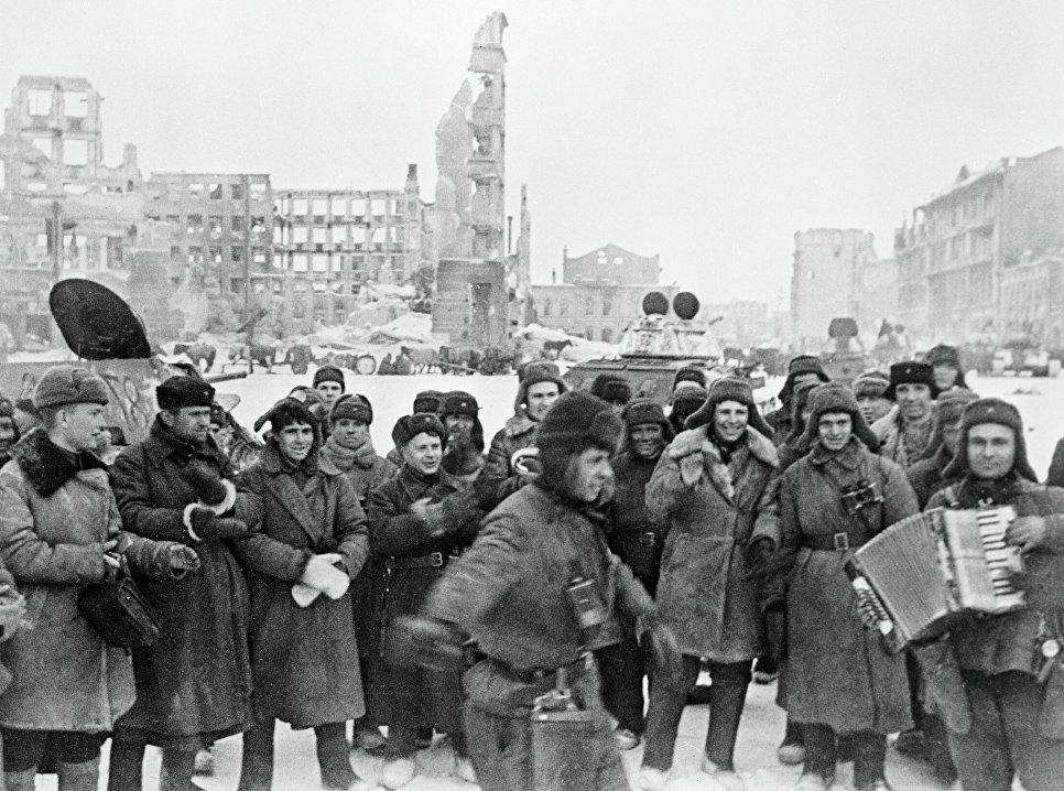 Советские солдаты празднуют победу