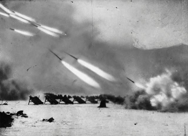 Советские реактивные установки залпового огня (Катюши) наносят удар по врагу