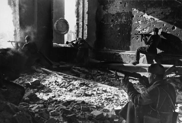 Советские войска, сражающиеся на руинах завода «Красный Октябрь»