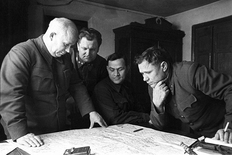 Члены Военного совета Сталинградского фронта: Хрущёв, Кириченко, Чуянов и комфронта Ерёменко
