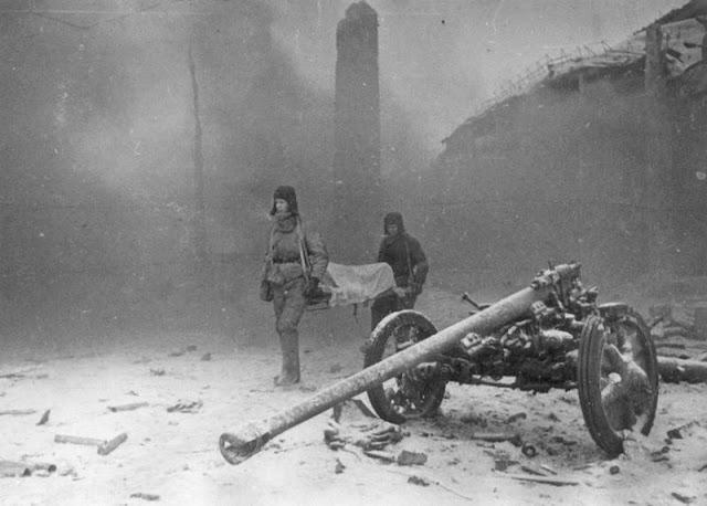 Два советских солдата эвакуируют раненого товарища