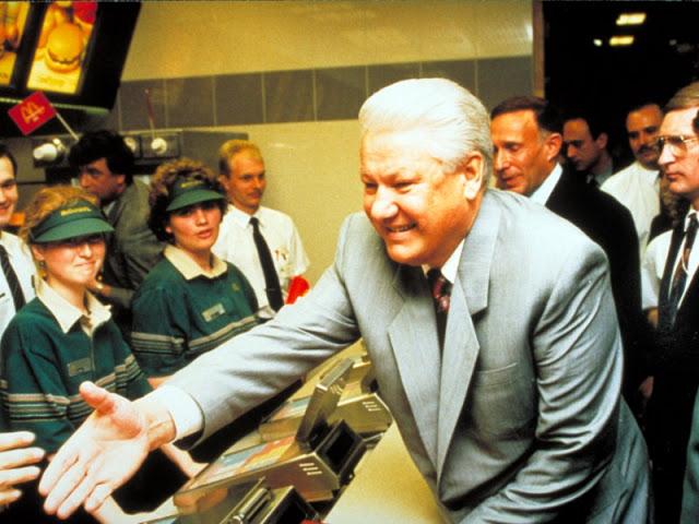 Ельцин приветствует рабочих «Макдоналдс» в их первый день