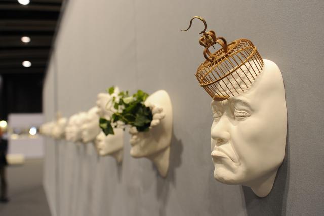 Причудливые скульптуры из фарфора от Джонсона Цанга