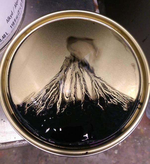 Образовавшийся вулкан на крышке банки от краски