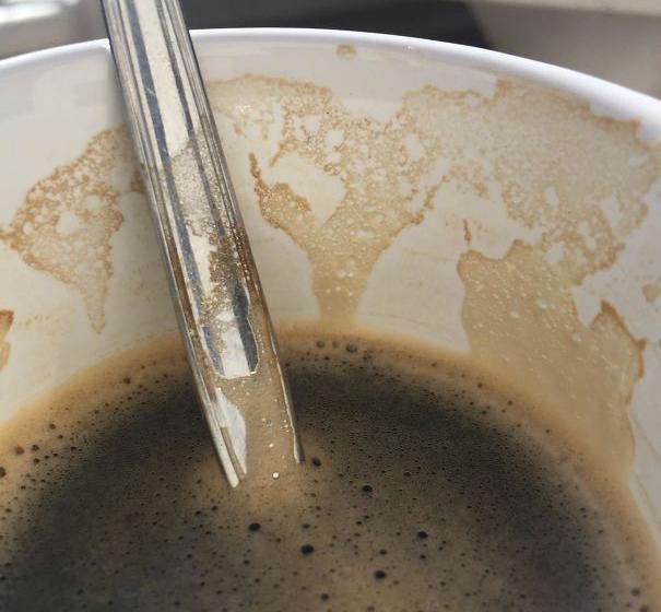 Кофейная пена, похожая на карту мира