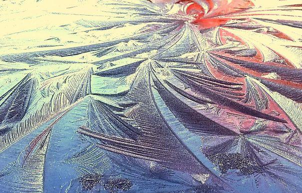 «Отражение восходящего солнца на замёрзшем стекле моего автомобиля»