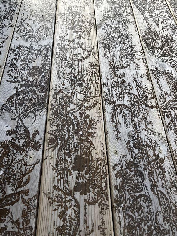 Морозные узоры на деревянном полу