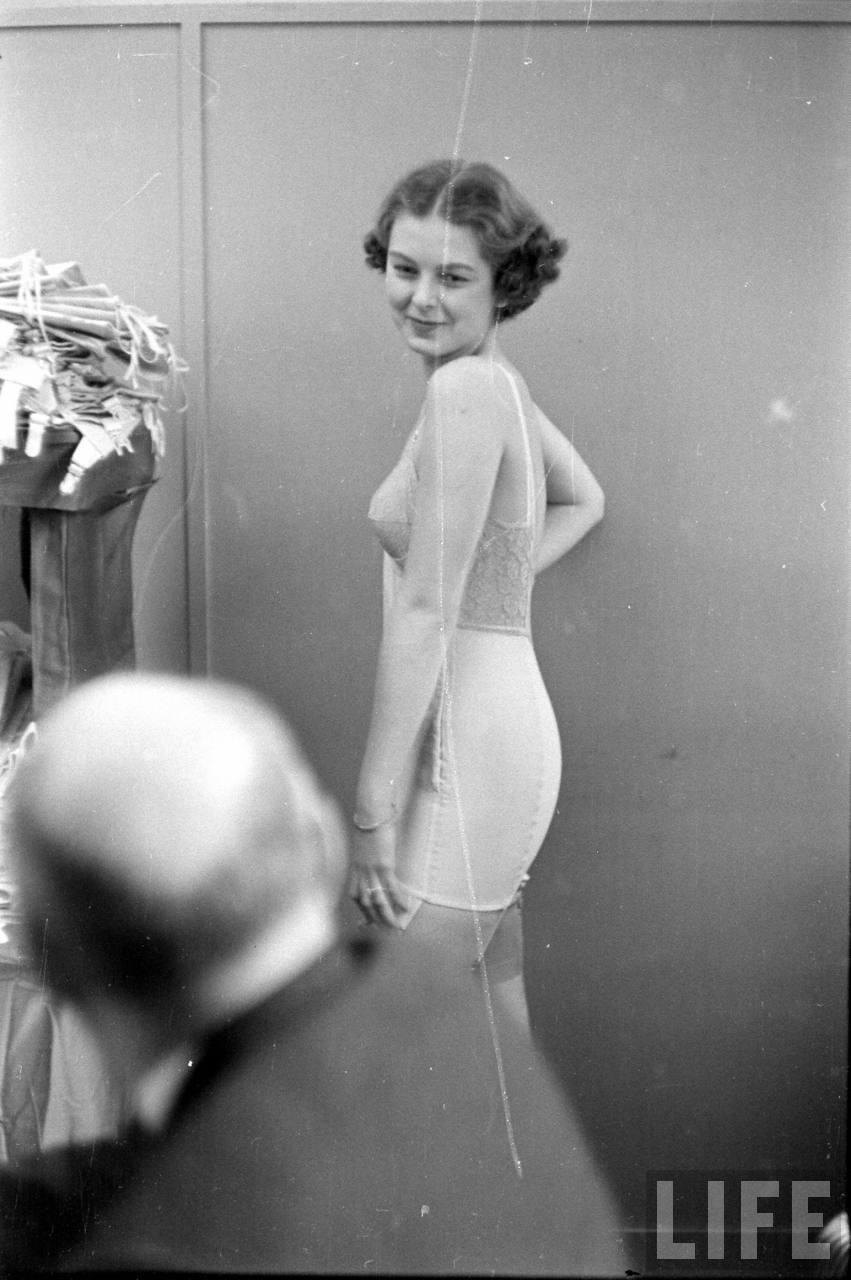 Винтажные фотографии с показа нижнего белья 40-х годов