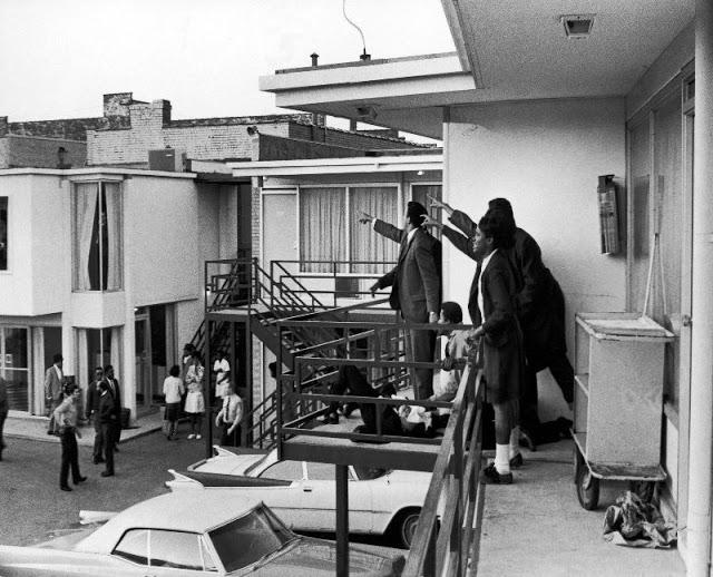Коллеги Кинга, указывающие в сторону нападавшего