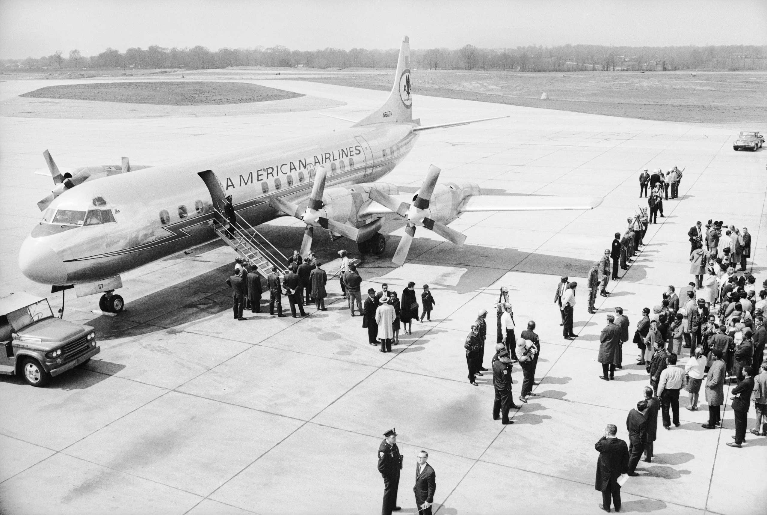 Самолет, отправленный правительством США для возвращения тела Кинга в Атланту